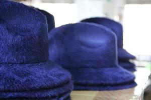 Asciugatura Feltro: per far sì che il vapore che ha intriso i tessuti evapori del tutto e il cappello mantenga perfettamente forma e taglia
