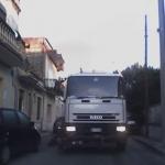 Pulizia delle strade contromano: automobilisti in pericolo